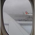 起飛前窗外下著細雨
