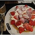 老地方,這次點了個草莓滿出來的鬆餅