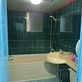 廁所燈不算太亮,有些有浴缸有些沒有,很復古因為前身是MOTEL