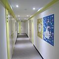 每一層的門框顏色不同,4樓是粉色,1樓是藍色