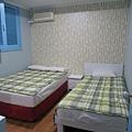 完全不推三人房,因為二人房跟三人房大小一樣,多一張單人床太擠,行李完全放不下