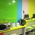 拍糊但看的出來有烤吐司機、微波爐、咖啡機、筆電