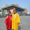 可能因為在世宗大王像前,連試穿韓服也是走君王風