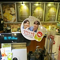 早上去HOLLYS COFFEE買地瓜拿鐵,看到這二位:P