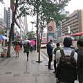 江南站10號出口等公車的地方
