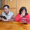 這對夫妻很愛滑,手機套在明洞買的,還同款