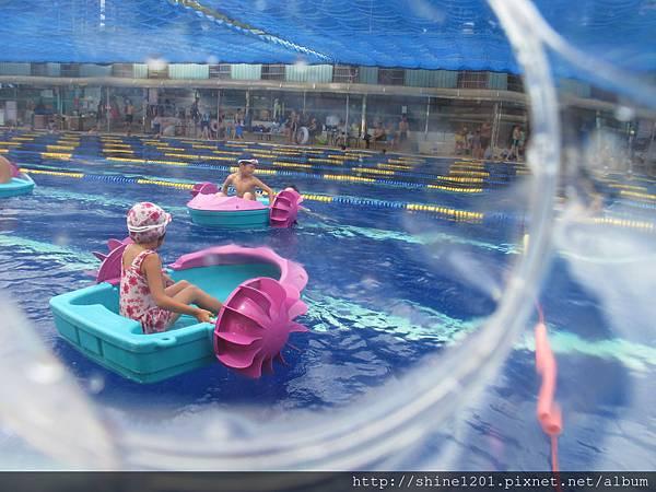 大新店游泳池 豐富設施的親水泳池