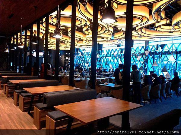 【新莊金色三麥】新莊晶冠廣場提供新莊五股聚餐新選擇 (手機拍攝)