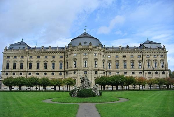 從花園看宮殿.JPG