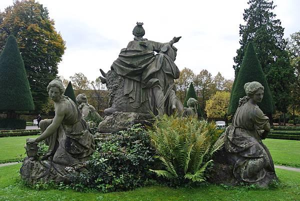 雕像背面.JPG