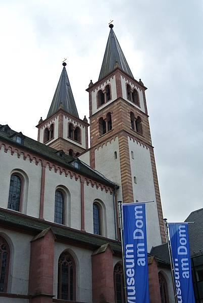 近看聖基利安大教堂.JPG