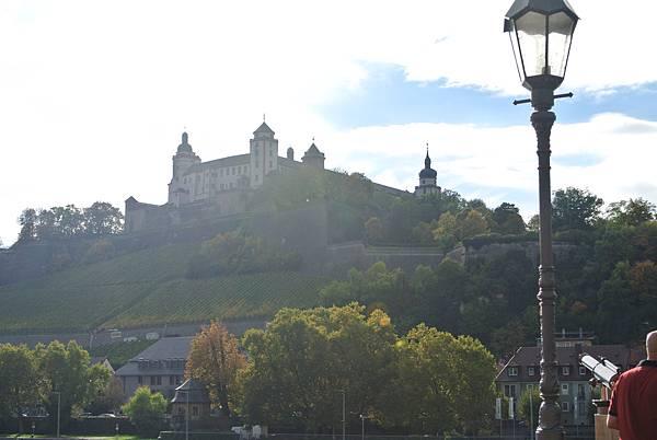 遠方的瑪莉恩堡要塞Festung Marienberg.JPG
