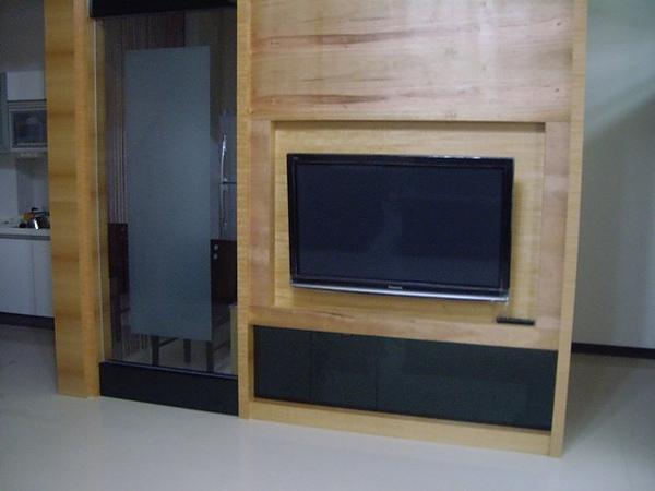 四十六吋電漿電視(電視後面的裝橫還沒裝好)