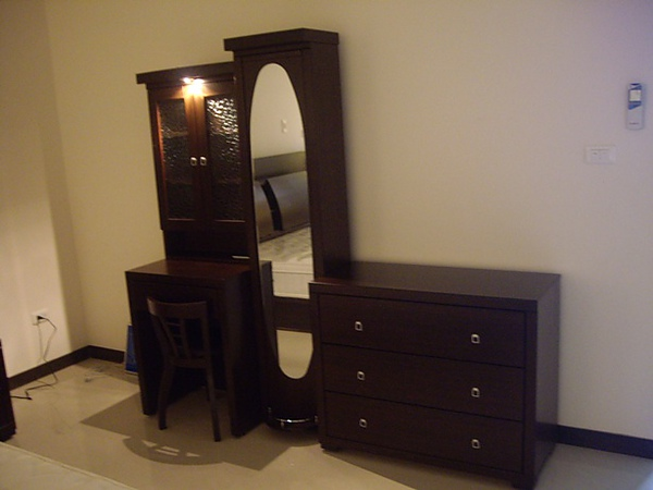 主臥化妝台和五斗櫃
