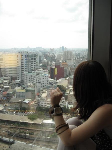 窗櫺旁的少女