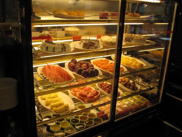甜點和水果櫃