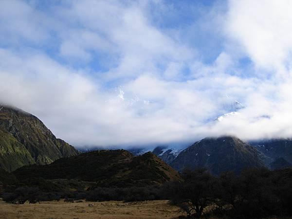 藏身雲霧之中的雪山
