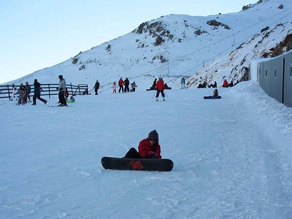 把腳固定在雪板上