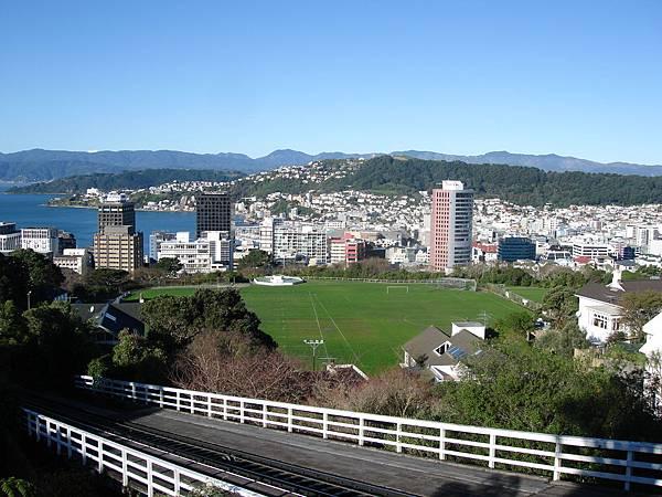 搭cable car上山丘望下的景色
