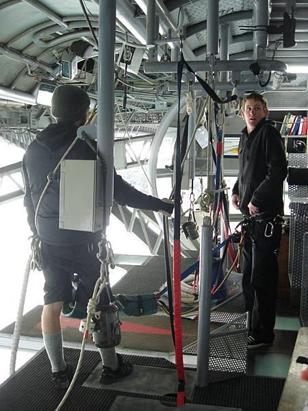 這位工作人員要為我們示範高空彈跳