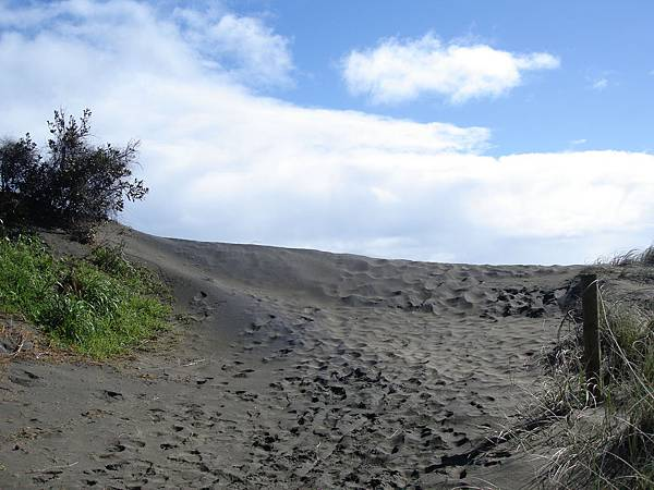 真的是黑色沙灘