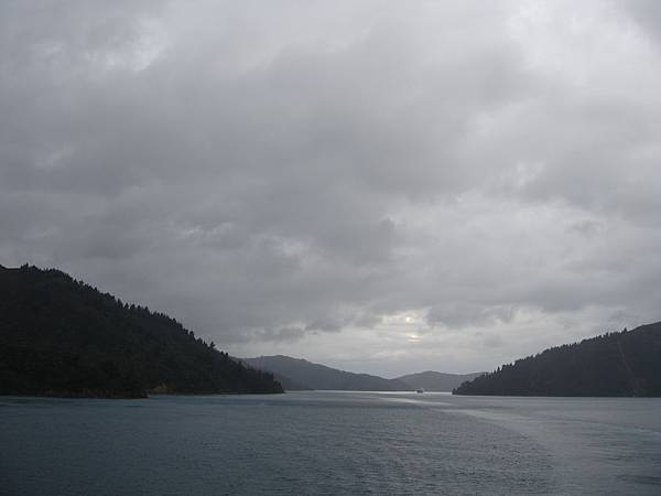 渡輪快到Picton,烏雲罩頂