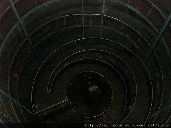 Ruakuri Cave入口螺旋梯
