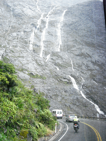 前往峽灣途中有許多瀑布