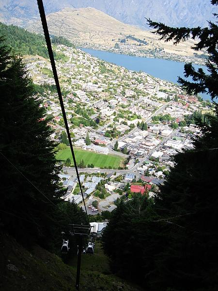 搭纜車上山中