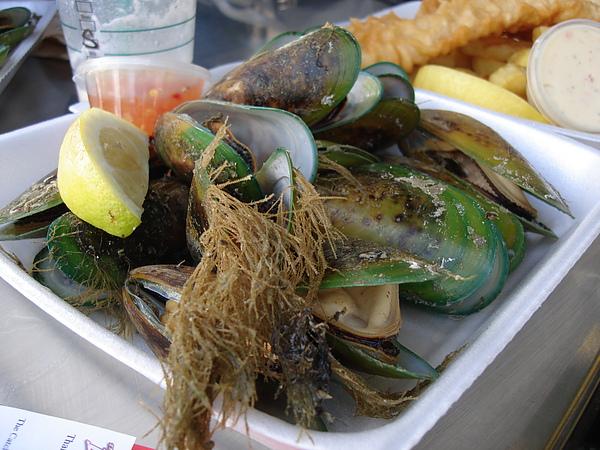 在湖邊享用mussels ($10)