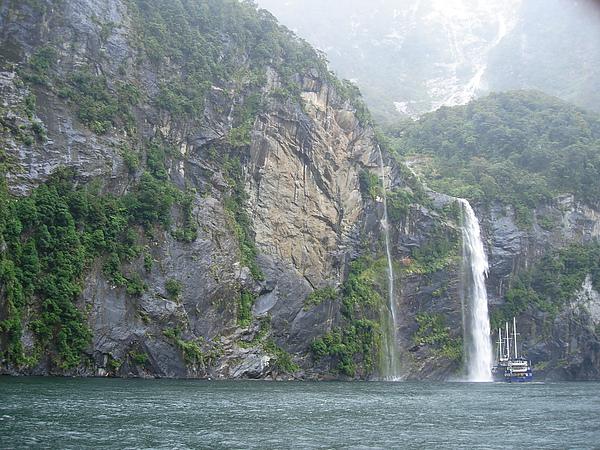 要隨著前方的船開進瀑布