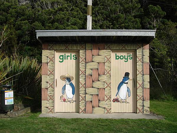 Pohara的公廁也有可愛企鵝圖