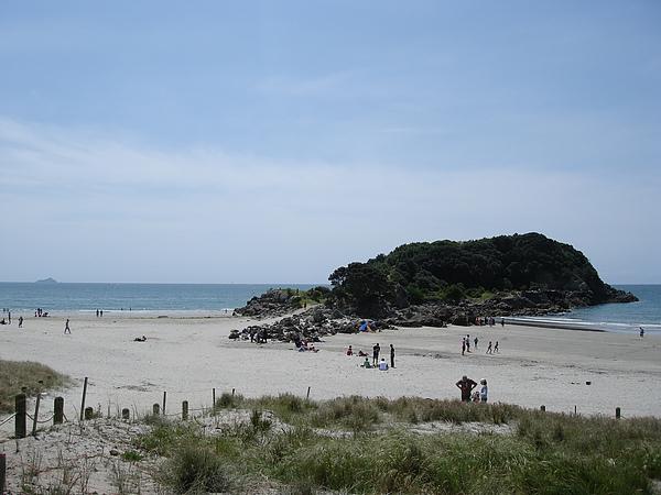 遠處連著的小島是Moturiki Island