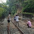 大家開始在鐵軌上拍照.JPG
