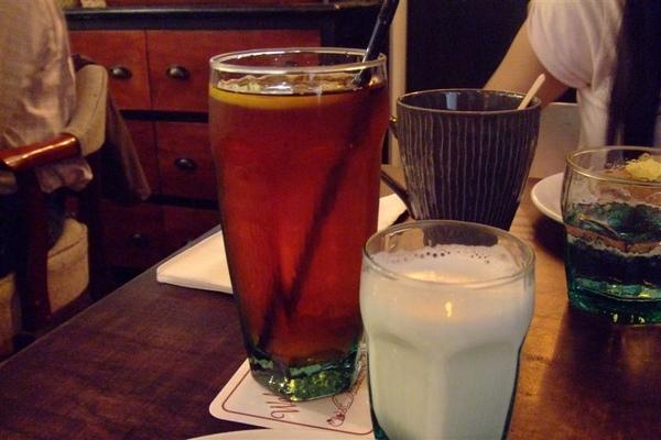 我的飲料是熱鮮奶+冰紅茶.JPG