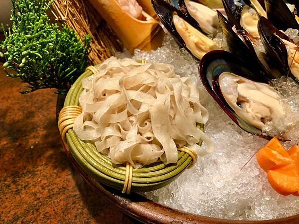 欣葉呷哺呷哺空運來台的還有馬祖傳統美食魚麵薄脆、鹹香且嚼勁十足.jpeg