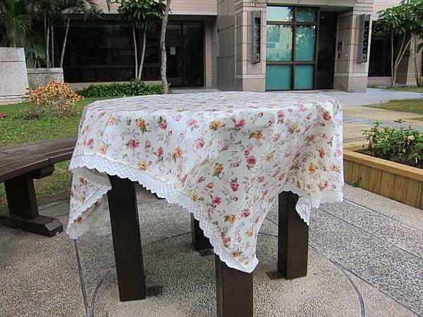1000203玫瑰花佐蕾絲防水桌布3.jpg