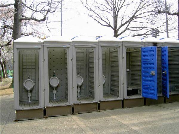 公園裡的男廁,是沒有門的!!!但人急起來是可以不顧羞恥心的