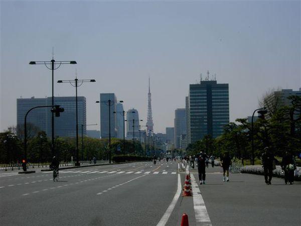 護城河的外圍道路封起來給腳踏車比賽,遠遠可看到東京鐵塔