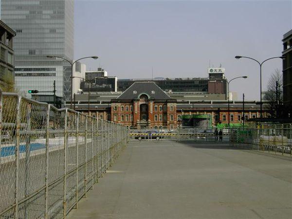 因為維修中,東京車站只能遠觀,太近就醜了