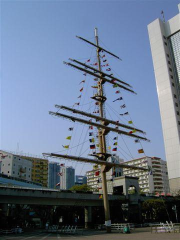 有一根偽船竿立在廣場中央