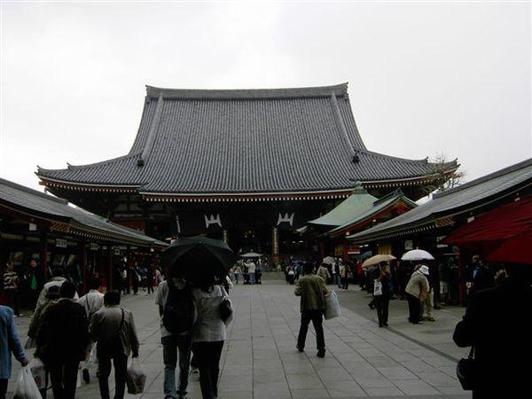 淺草寺正門,開始下起雨來