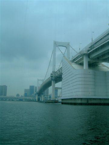 即將從彩虹大橋下通過
