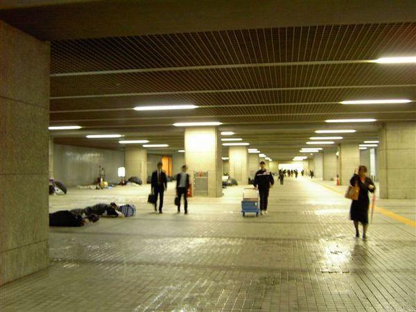 東京都廳的地下通道睡滿了遊民,整整齊齊的,就算是遊民也有龜毛的日本魂