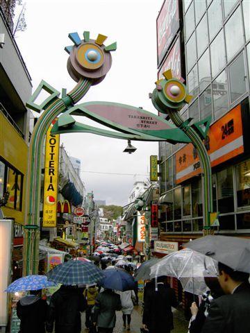 竹下通的大眼睛,撐雨傘很難逛街