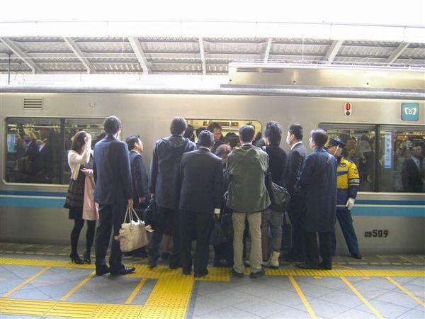 大家擠著上電車