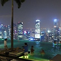邊游泳邊看夜景~讚!