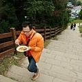 邊爬樓梯邊吃麵,高招!!
