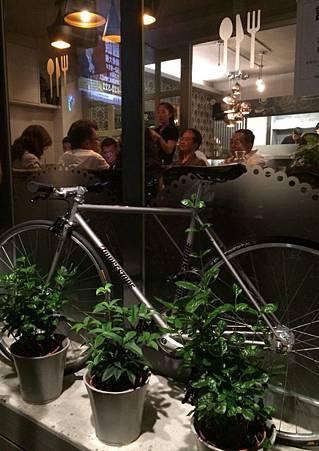 很多餐廳都很愛放腳踏車