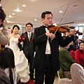 小提琴手領新人進場